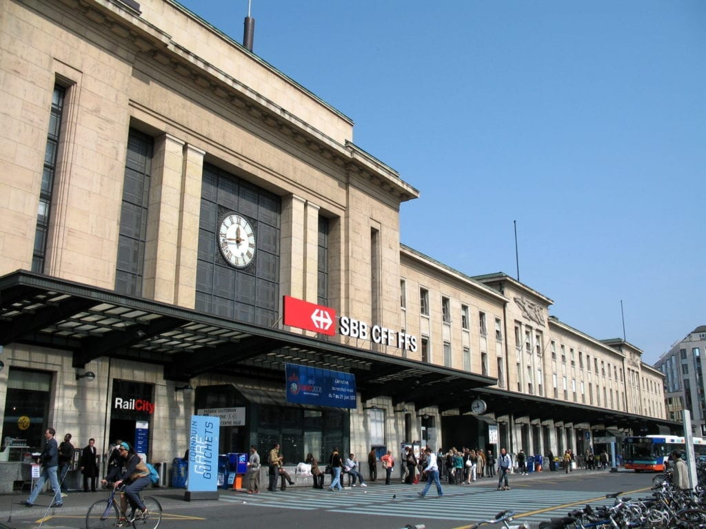 """Gare de Cornavin, entrée principale"""" by mpd01605 is licensed under CC BY-SA 2.0 link photo : https://upload.wikimedia.org/wikipedia/commons/1/14/"""